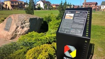 Jedna z kilkunastu tablic szlaku Filmowe Łódzkie ustawiona przez nas w filmowych miejscach regionu łódzkiego.