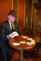 W naszych grach dbamy o szczegóły. Jeżeli odtwarzamy grę w pokera z Klossem w Stambule, to pamiętamy że wtedy wyjątkowo J-23 nie nosił munduru. Za to wnętrze to samo co w filmie.