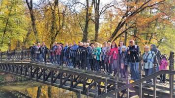 Specjalizujemy się w Łodzi i regionie. Tu zwiedzamy akurat zabytkowy park w Skierniewicach.