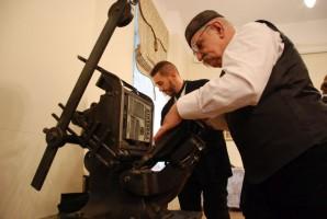 Podczas odtwarzania scen z udziałem Piłsudskiego w Łodzi z 1900 r. udało się wypożyczyć z Muzeum Książki Artystycznej oryginalną, ważącą ok. 100 kg, Bostonkę.
